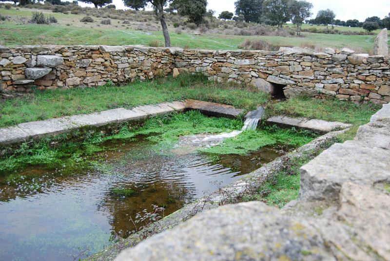 es el nombre que se da a los antiguos lavaderos de piedra de entre ellos destaca la poza de la naveta situada a unos m del pueblo en el paraje del
